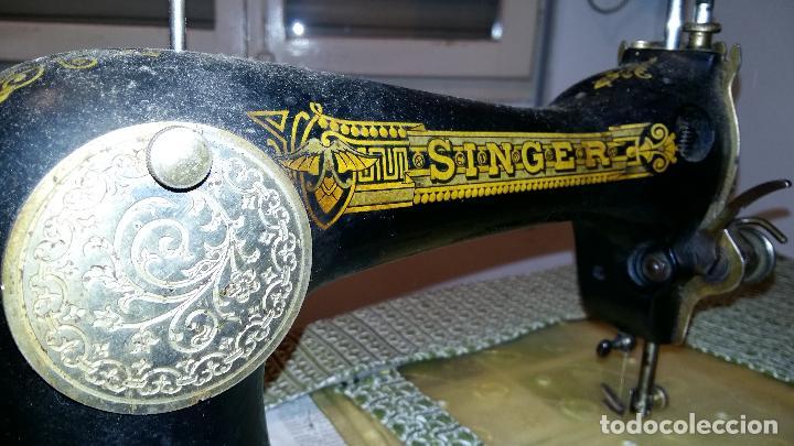 Antigüedades: Máquina de coser SINGER, en perfecto estado de funcionamiento. Con mueble - Foto 3 - 153148874