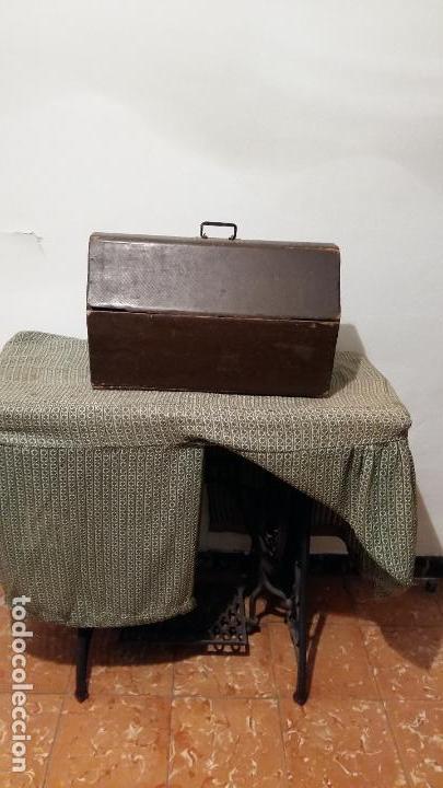 Antigüedades: Máquina de coser SINGER, en perfecto estado de funcionamiento. Con mueble - Foto 7 - 153148874