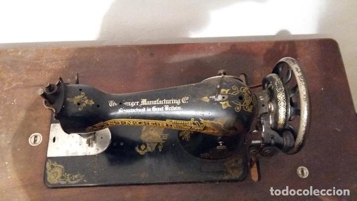 Antigüedades: Máquina de coser SINGER, en perfecto estado de funcionamiento. Con mueble - Foto 8 - 153148874