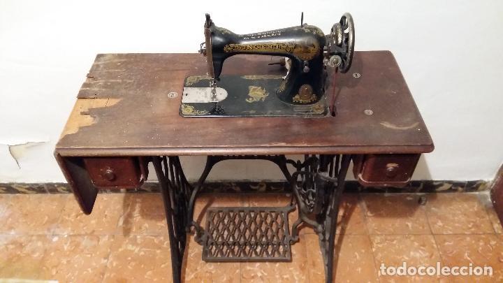 Antigüedades: Máquina de coser SINGER, en perfecto estado de funcionamiento. Con mueble - Foto 9 - 153148874