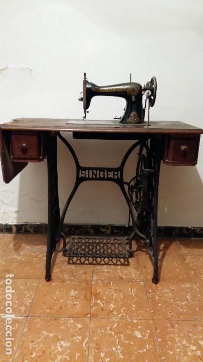 Antigüedades: Máquina de coser SINGER, en perfecto estado de funcionamiento. Con mueble - Foto 10 - 153148874