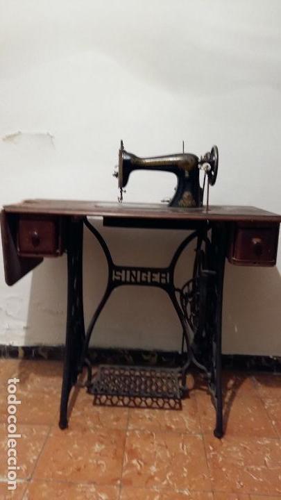 Antigüedades: Máquina de coser SINGER, en perfecto estado de funcionamiento. Con mueble - Foto 11 - 153148874