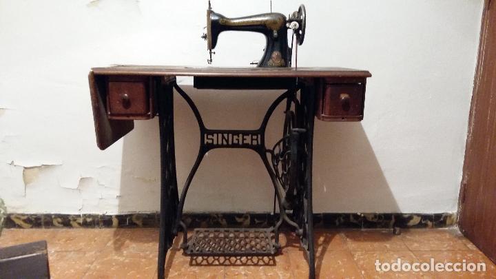 Antigüedades: Máquina de coser SINGER, en perfecto estado de funcionamiento. Con mueble - Foto 12 - 153148874