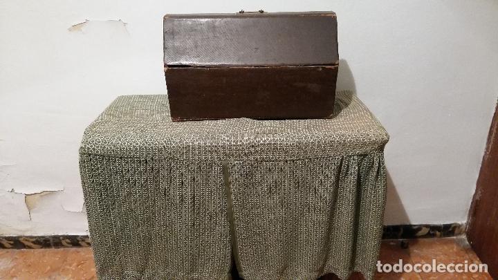Antigüedades: Máquina de coser SINGER, en perfecto estado de funcionamiento. Con mueble - Foto 14 - 153148874