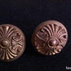 Antigüedades: ANTIGUOS POMOS O TIRADORES DE METAL. Lote 153209762
