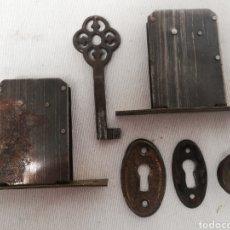 Antigüedades: ANTIGUAS CERRADURAS CON LLAVE Y BOCALLAVES. ARMARIO. CAJON.. Lote 151765214