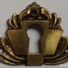 Antigüedades: BOCALLAVE ESCUDO BRONCE SATINADO MEDIDAS 4,5 CM X 3 CM. Lote 153467450