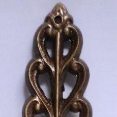 Antigüedades: COLGANTE HOJA CALADO CUERO MEDIDAS 20 CM X 4 CM. Lote 153485382
