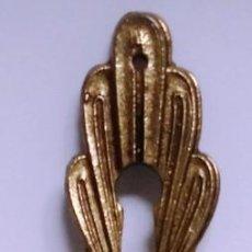 Antigüedades: COLGANTE GRANDE BRONCE CON SOL MEDIDAS 15,5 CM X 3,3CM. Lote 153485694
