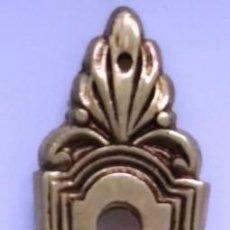 Antigüedades: COLGANTE CON BOCALLAVES LATONADO MEDIDAS 14,3 CM X 3,2 CM. Lote 153488382