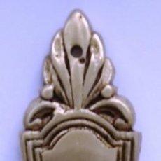 Antigüedades: COLGANTE SIN BOCALLAVES LATONADO MEDIDAS 14,3 CM X 3,2 CM. Lote 153488466
