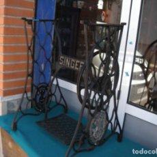 Antigüedades: MESA DE HIERRO SINGER. Lote 153582970