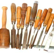 Antigüedades: GUBIAS DISTINTAS MARCAS Y MEDIDAS CON MAZO Y DOS PIEDRAS DE ASENTAR. Lote 153711314