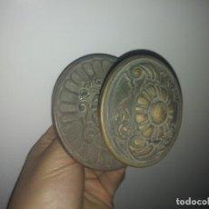 Antigüedades: ANTIGUO TIRADOR POMO DE BRONCE PARA PUERTA DE MADERA CERRAJERÍA. Lote 153785842