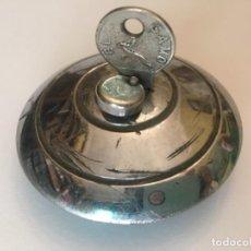 Antigüedades: CERRADURA ANTIGUA DEPÓSITO VEHÍCULO COCHE TAPÓN . Lote 153796642