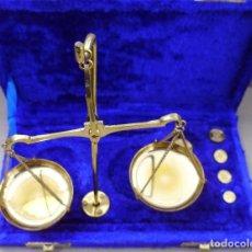 Antigüedades: BALANZA DE PRECISIÓN CON SU ESTUCHE Y PESAS HASTA 20 GR.. Lote 153836806