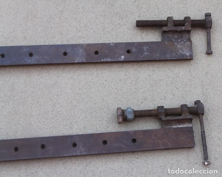 Antigüedades: ENORMES MORDAZAS SARGENTOS DE HIERRO DE CARPINTERO INGLATERRA 111 CM LARGO - PECULIARES - Foto 3 - 153841802