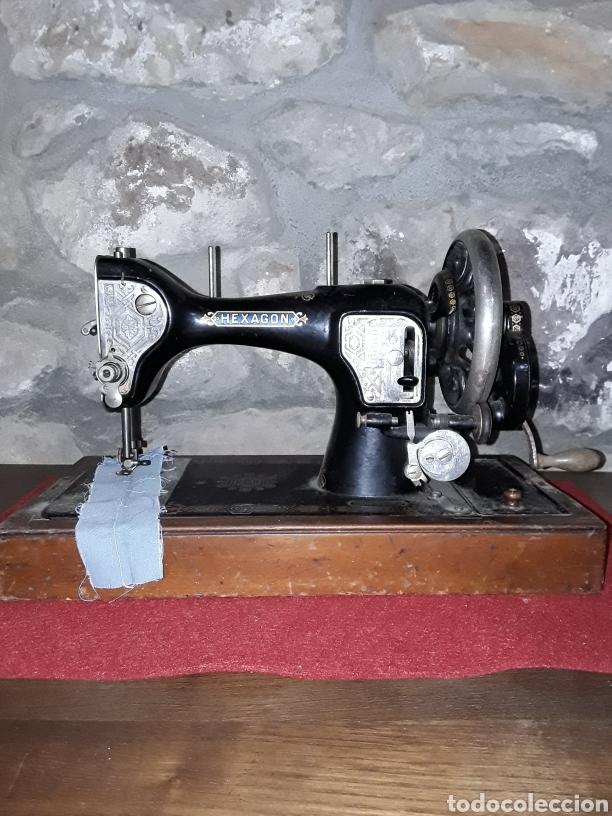 MAQUINA DE COSER MANUAL HEXAGON (Antigüedades - Técnicas - Máquinas de Coser Antiguas - Singer)