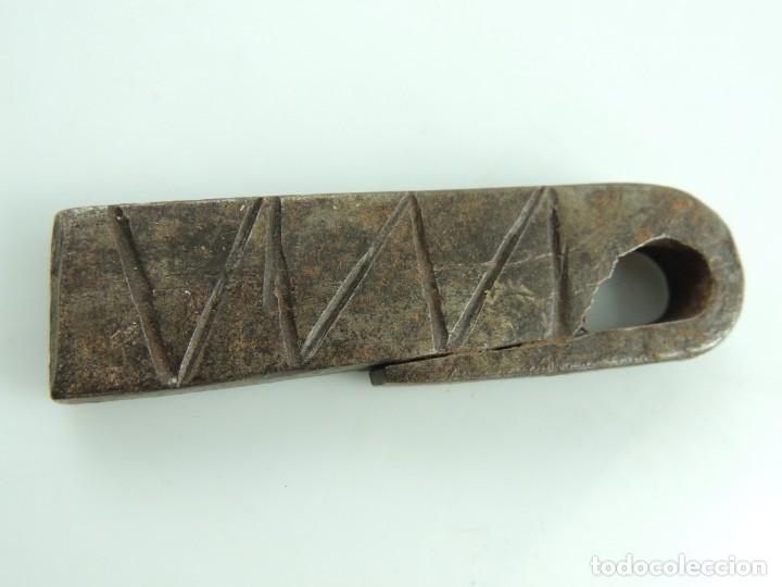 Antiquitäten: Antigua llamador de hierro forjado, picaporte antiguo para puerta. Excelente Objeto de Colección - Foto 4 - 153895682