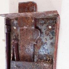 Antigüedades: CERRADURA DE PORTON EN FORJA SIGLO XVIII. Lote 153980862
