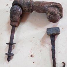 Antigüedades: LLAMADOR MANO DE FÁTIMA ANTIGUA DE HIERRO COLADO - FORJA. Lote 153984166
