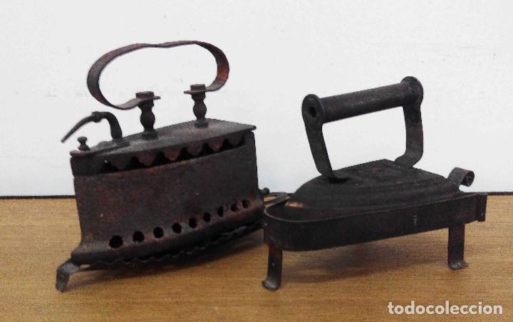 2 PLANCHAS DE HIERRO CON BASE (Antigüedades - Técnicas - Planchas Antiguas - Varios)
