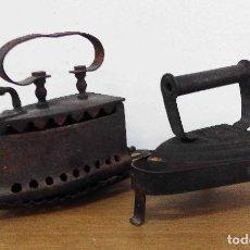 Antigüedades: 2 PLANCHAS DE HIERRO CON BASE. Lote 154106622