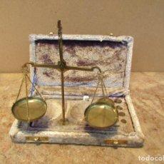 Antigüedades: BALANZA DE PRECISIÓN ANTIGUA CON 6 PONDERALES O PESAS DE BRONCE Y CAJA MADERA. Lote 154233010