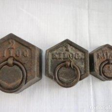 Antigüedades: JUEGO DE 3 PESAS HEXAGONALES DE 2 KILOS, 1 KILO Y 1/2 KILO EN BUEN ESTADO. Lote 154248718