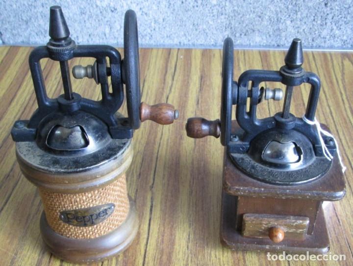 PAREJA DE MOLINILLOS DE MADERA Y METAL - MARCAJE DEL REDONDO PEPPER - SON DE ADORNO (Antigüedades - Técnicas - Molinillos de Café Antiguos)