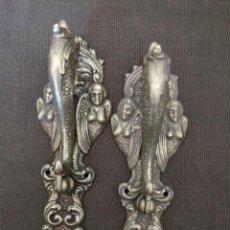 Antigüedades: 2 TIRADORES DE PUERTA DE BRONCE. Lote 154396446