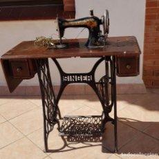 Antigüedades: ANTIGUA MAQUINA DE COSER SINGER 15K DE 1907 CON PIE DE FORJA Y CUBIERTA. Lote 154612010