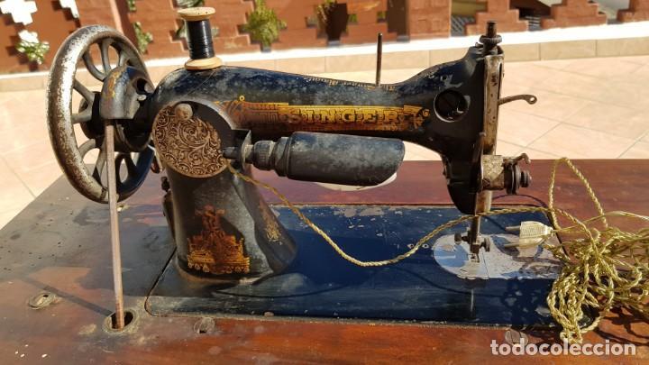 Antigüedades: Antigua maquina de coser Singer 15K de 1907 con pie de forja y cubierta - Foto 4 - 154612010