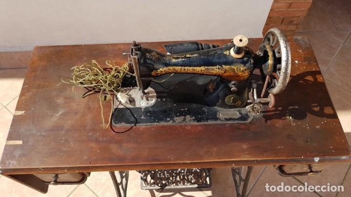 Antigüedades: Antigua maquina de coser Singer 15K de 1907 con pie de forja y cubierta - Foto 5 - 154612010