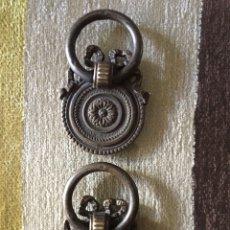Antigüedades: DOS TIRADORES ANTIGUOS DE ESCRITORIO. Lote 154625797