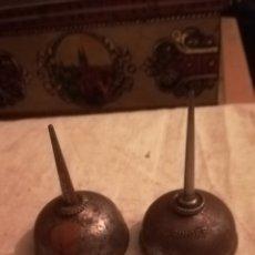 Antigüedades: 2 ANTIGUAS ACEITERAS, DE MÁQUINAS DE COSER SINGER. Lote 154728752