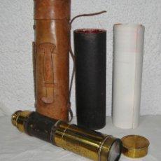Antigüedades: ANTIGUO CATALEJO O TELESCOPIO DE BARCO. INCLUYE ESTUCHE ORIGINAL DE CUERO. 5 CUERPOS. (123 CM). Lote 154848726