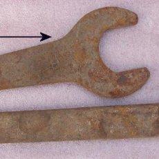 Antigüedades: DOS ENORMES LLAVES FIJAS ANTIGUAS. Lote 154962962