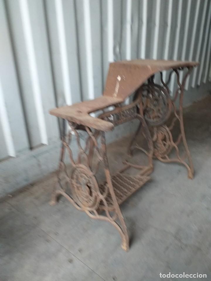 Antigüedades: mesa de maquina de coser zapatos, muy rara de encontrar - Foto 2 - 262678700