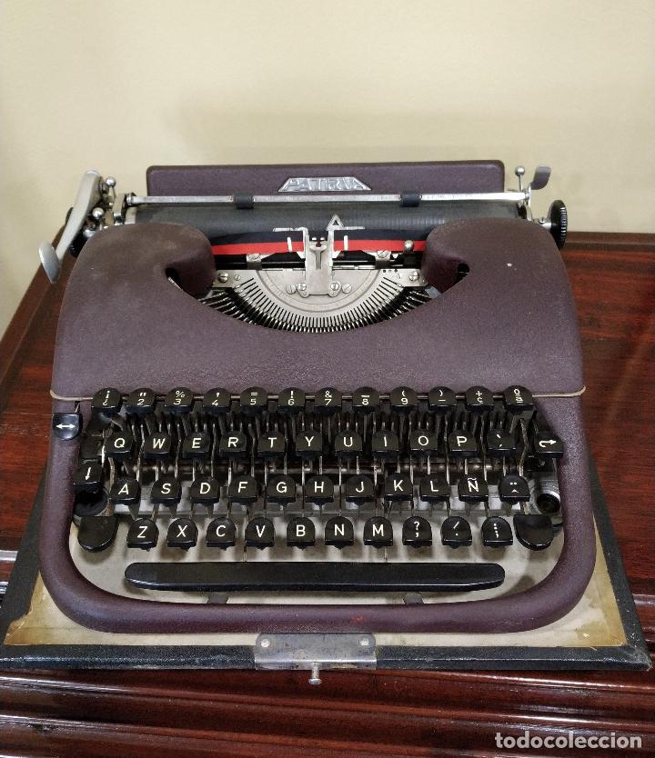 Antigüedades: Máquina de escribir portátil marca Patria. Funcionando. - Foto 2 - 155222490