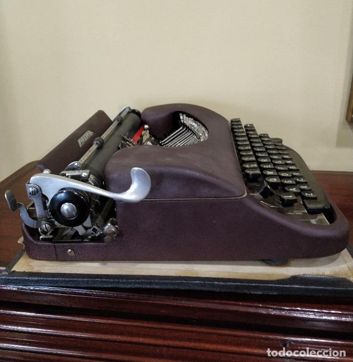 Antigüedades: Máquina de escribir portátil marca Patria. Funcionando. - Foto 7 - 155222490