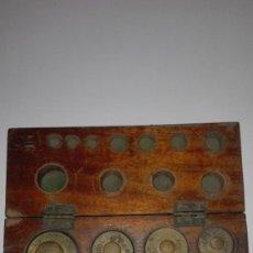 Antigüedades: Nº26 ANTIGUA CAJA CON 8 PESAS EN BRONCE 100% ORIGINAL. Lote 155232110