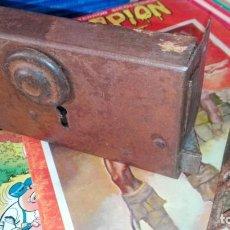 Antigüedades: CERRADURA HIERRO Y BRONCE SIN LLAVE ANTIGUA. Lote 155362614