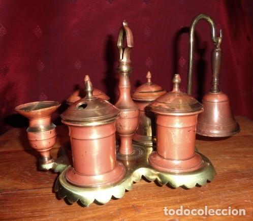 ESCRIBANIA DE BRONCE CON PALMATORIA Y CAMPANILLA (Antigüedades - Técnicas - Varios)