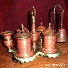 Antigüedades: ESCRIBANIA DE BRONCE CON PALMATORIA Y CAMPANILLA . Lote 155497438