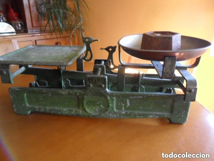 Antigüedades: BÁSCULA CON PESA DE 2 KG Y PLATO DE LATÓN MUY ANTIGUA - Foto 4 - 155506078