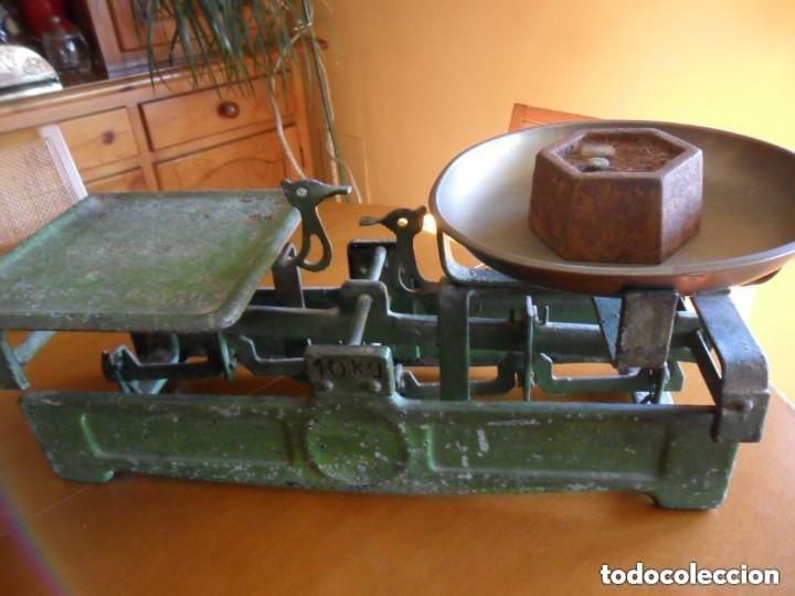 Antigüedades: BÁSCULA CON PESA DE 2 KG Y PLATO DE LATÓN MUY ANTIGUA - Foto 5 - 155506078