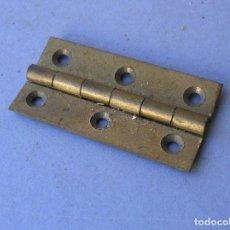 Antigüedades: BISAGRA DE LATON 5X2,5CM APROX GROSOR 1,5MM APROX. Lote 155638330