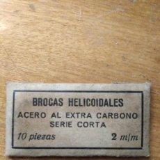 Antigüedades: ANTIGUA CAJITA CON 10 BROCAS DE 2 M.M. HELICOIDALES ACERO AL EXTRA CARBONO. Lote 156866045