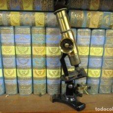 Antigüedades: ANTIGUO MICROSCOPIO DE CAMPO MONOCULAR - BRONCE, OPERATIVO, LIMPIO POCAS SEÑALES DE USO 23CM ALTO + . Lote 155673502